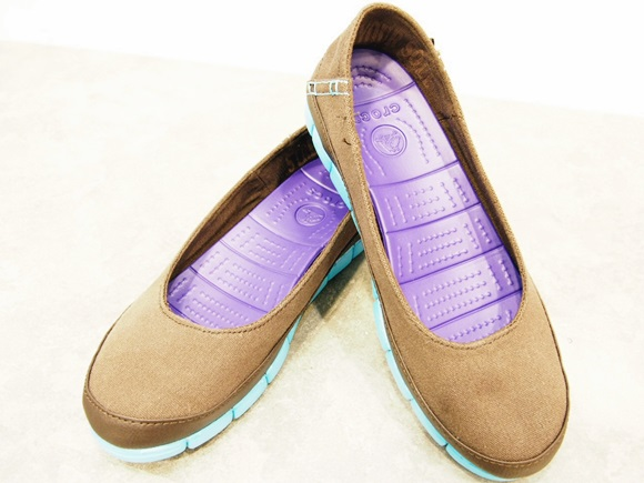 crocs-stretch-sole-flat-w (1)