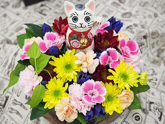 幸福を招いてくれそうな日比谷花壇の招き猫とアレンジ花のセット