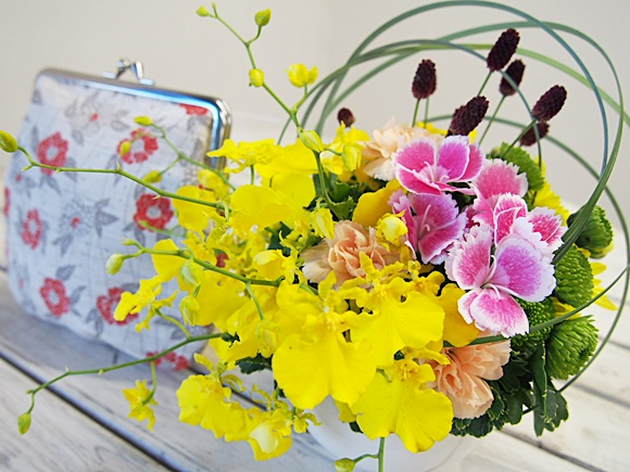 奈良の伝統を使える幡・INOUE 麻布がま口とアレンジ花のセットを敬老の日に