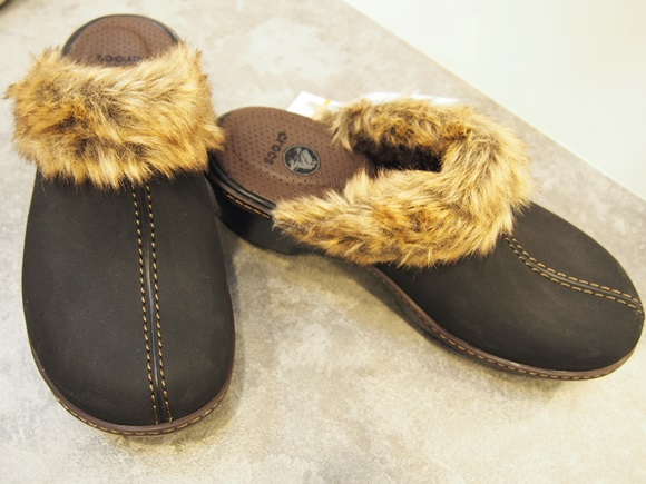 crocs-cobbler-fuzz-clog (1)